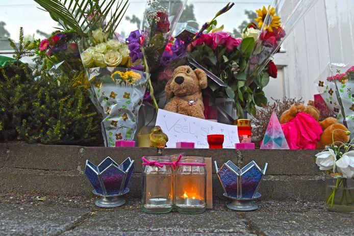 Bloemen en knuffels ter nagedachtenis aan Megan.