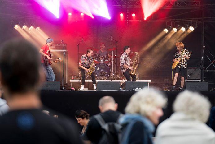 De stroom voor onder meer het podium van het 1 Ander Festival moest nu van aggregaten komen.