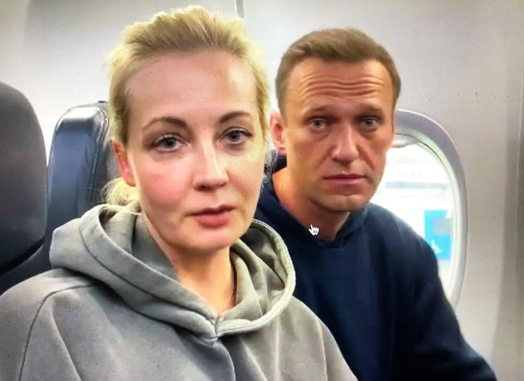 Aleksej Navalny en zijn vrouw Yulia Navalny vlak voor vertrek. Beeld AP