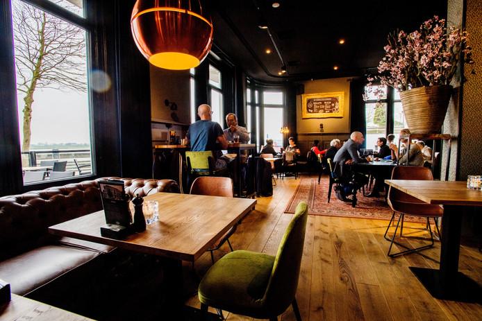 De inrichting bij De Verdraagzaamheid in Zaltbommel is sinds de verbouwing modern en warm. Met mooie verlichting en verschillende zitjes.