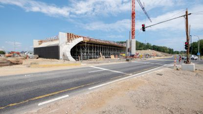 Brug over Liersesteenweg krijgt betonnen dakplaat