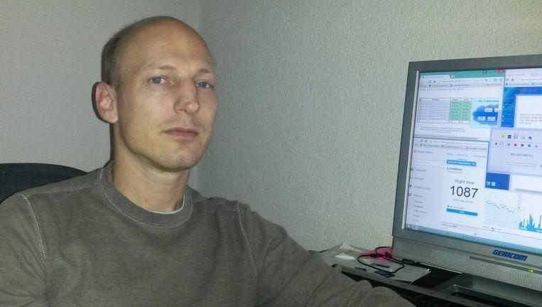 Michael Janus, oftewel Mick, houdt de cijfers van zijn site in de gaten. Beeld Eigen foto