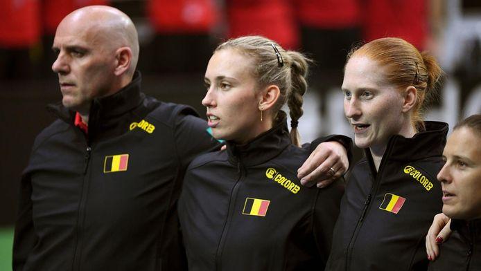 Le capitaine Johan Van Herck aux côtés d'Elise Mertens et d'Alison Van Uytanck