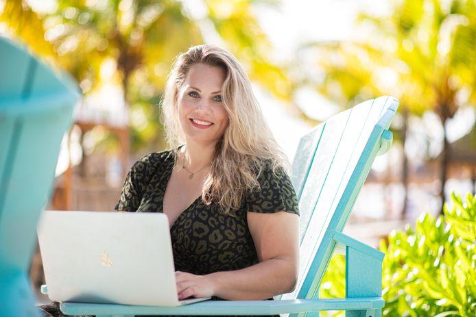 Digitaal onderneemster Janneke Ananias aan het werk op Curacao
