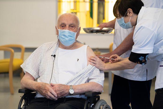 Jos Hermans kreeg het eerste vaccin tegen COVID-19 toegediend. Hij komt op maandag als laatste aan de beurt in het rusthuis.