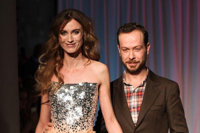 Jan Taminiau en een model, maandag op de catwalk. Beeld getty
