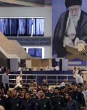 Met op de achtergrond een grote beeltenis van de Iraanse Opperste Leider, ayatollah Ali Khamenei, nemen leden van de Republikeinse Garde deel aan het vrijdaggebed in een moskee in Teheran. De Garde, Khamenei's eigen leger, speelt een cruciale rol in de 'tankeroorlog'. Foto AFP