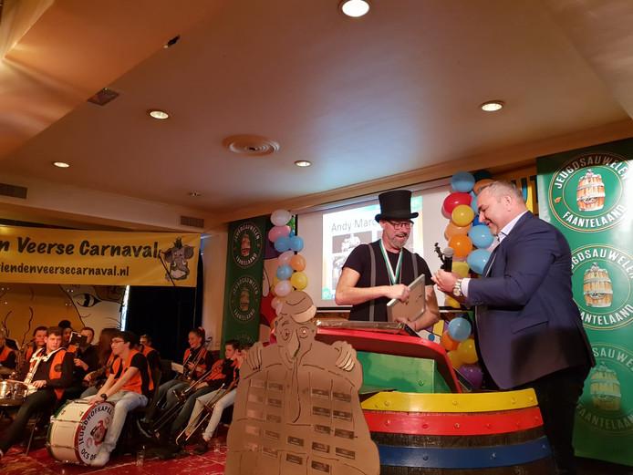 Andy Marcelissen neemt de onderscheiding in ontvangst.