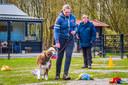 Wilmy van der Wilk (rechts) van de hondenschool Honderons.
