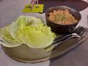 Lunchbar Noon: We starten met een voorafje: 'spicy gehakt met iceberg wraps'.