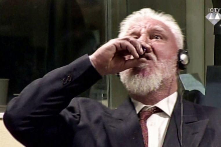 Slobodan Praljak neemt het gif in.   Beeld AFP