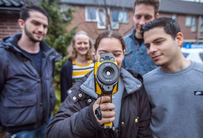 Studenten bij de Spechtstraat in de wijk Tanthof met een warmte-apparaat.