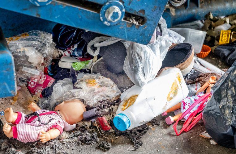 Kledinginzamelaar Sympany in Utrecht: afval gevonden in kledingzakken. Beeld Raymond Rutting / de Volkskrant