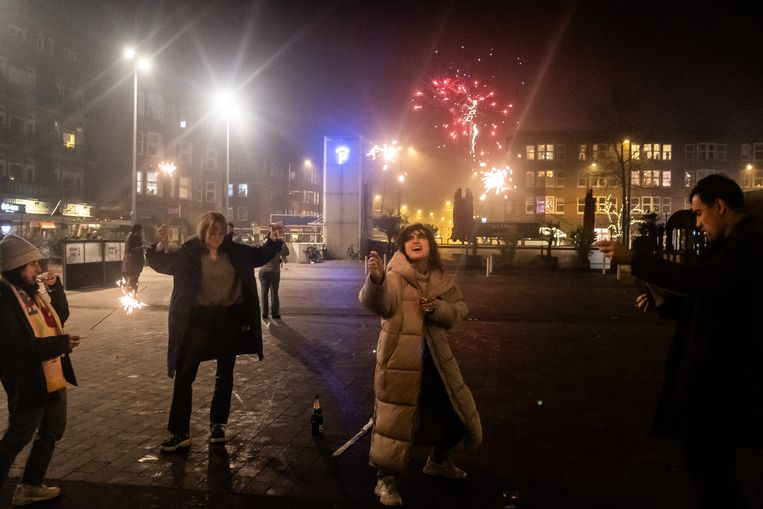 Vuurpijlen en sterretjes in Amsterdam. Beeld Joris Van Gennip