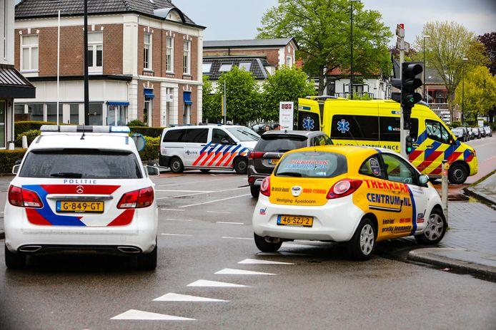 Botsing tussen scooter en auto in Apeldoorn. De kruising Stationsstraat / Deventerstraat is afgesloten.
