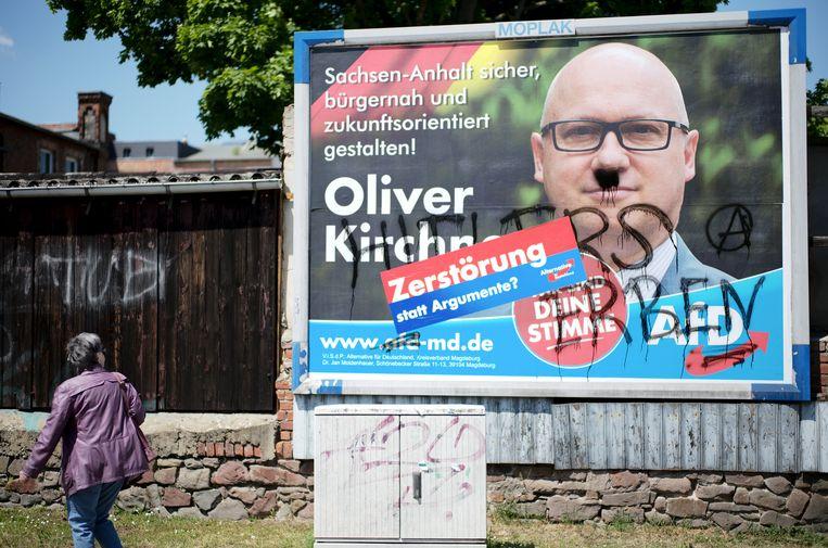 Een gevandaliseerde poster van Afd-leider Oliver Kirchner in Maagdenburg, hoofdstad van Saksen-Anhalt.  Beeld AP