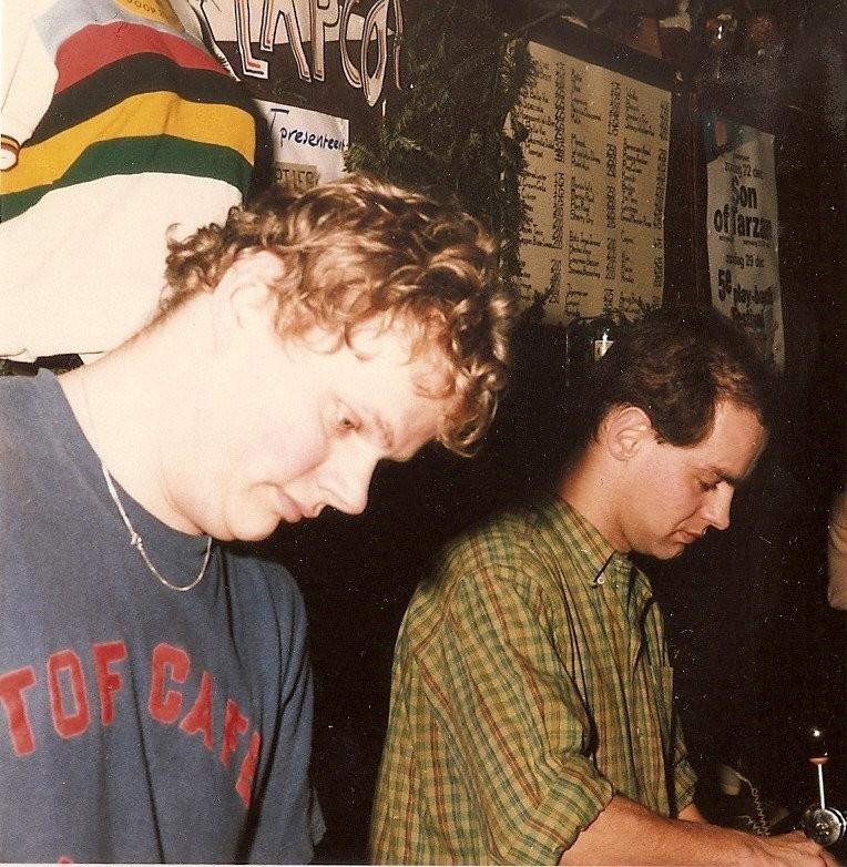 Joop (rechts) en Sjakie geconcentreerd achter de bar.