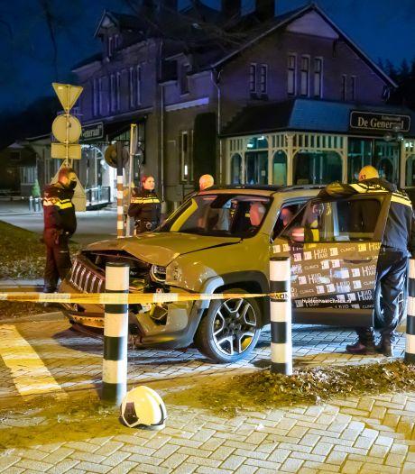 Vrouw rijdt met slok op dwars door spoorbomen in Baarn en ramt stoptrein