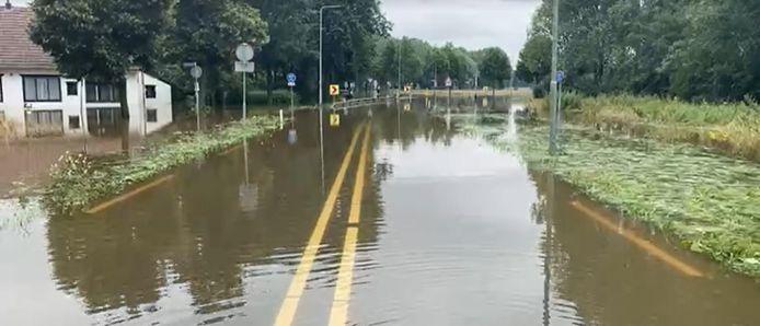 De gevolgen van de dijkdoorbraak in het Nederlands Limburgse Meerssen.