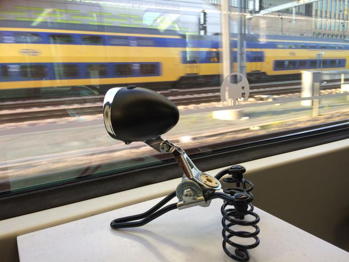 De avontuurlijke fietslamp Bikey arriveert met de trein in Arnhem voor de hypermoderne bike-expo.