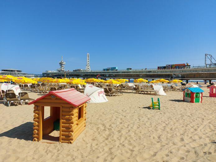Genoeg zit- en ligplekken op het Scheveningse strand.
