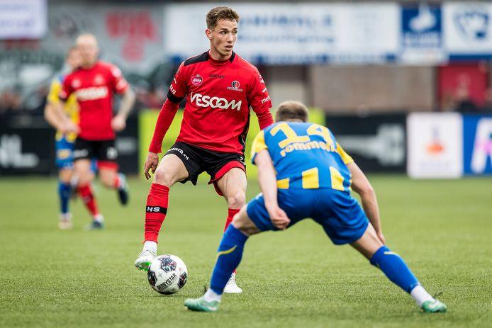 De Treffers-aanwinst Bram Zwanen aan de bal voor Helmond Sport.
