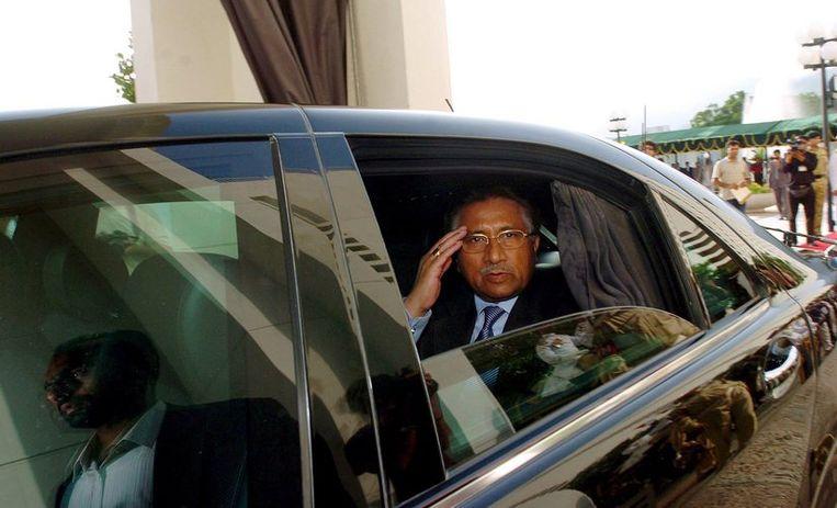 Pervez Musharraf salueert na zijn vertrek als president. Foto EPA/T. Mughal Beeld