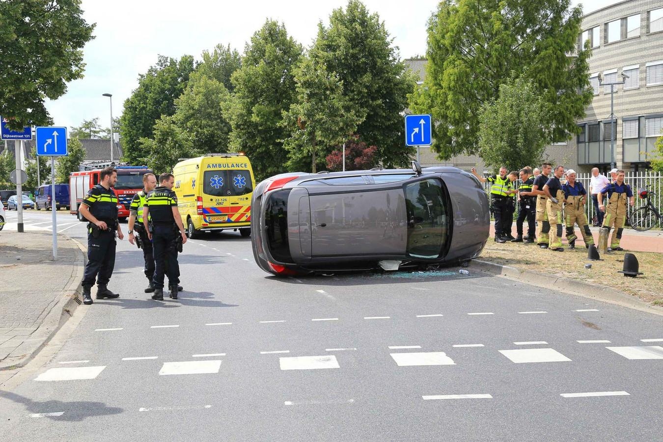 Auto belandt op zijkant na een botsing met een verkeerslicht in Helmond.
