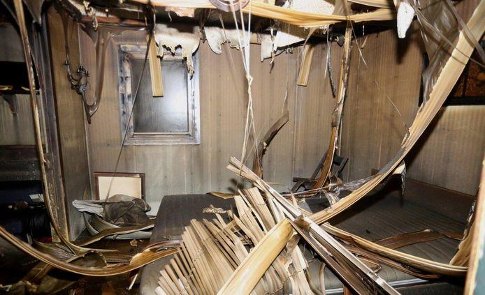 Het interieur van het uitgebrande chalet op camping Maaszicht in Kerkdriel.