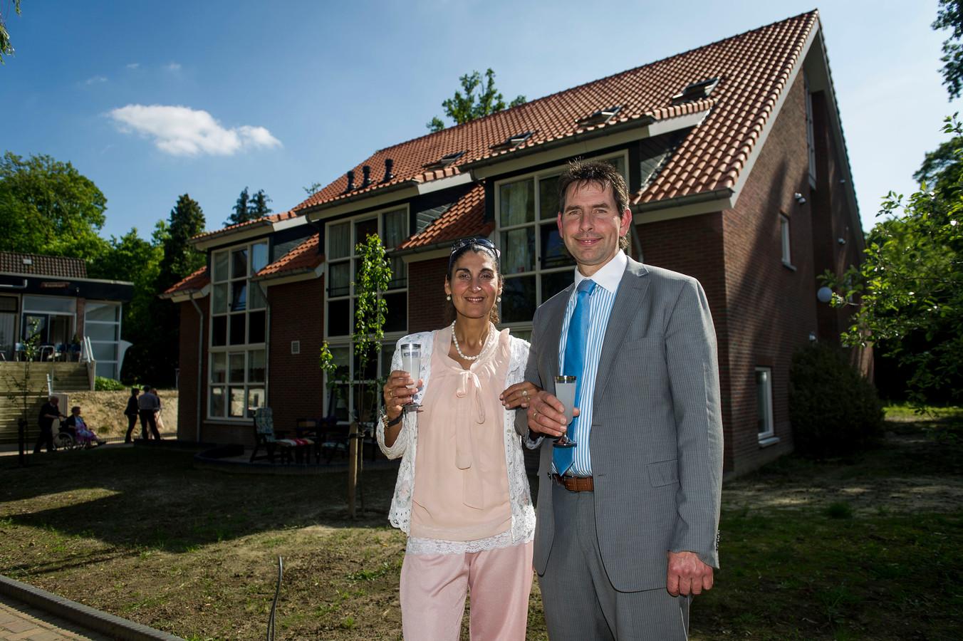 Gerard Schut (met zijn vrouw) van pastoraal centrum Saron voor het nieuwe gebouw.