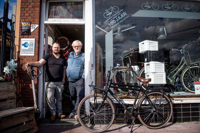 Vader Joop (rechts) en zoon Justin Harings voor hun winkel.