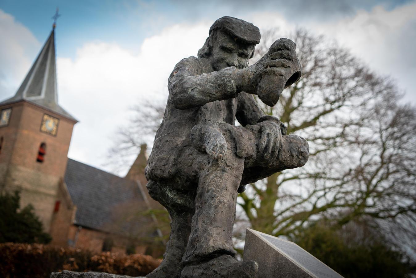 'Knilles' klopt zijn klomp uit op het Kerkplein van Valburg.
