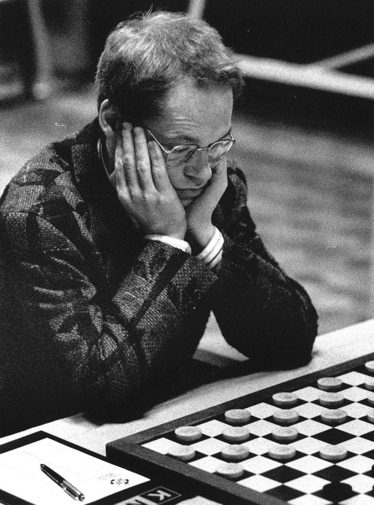 Jannes van der Wal op het NK dammen in 1989. Beeld anp