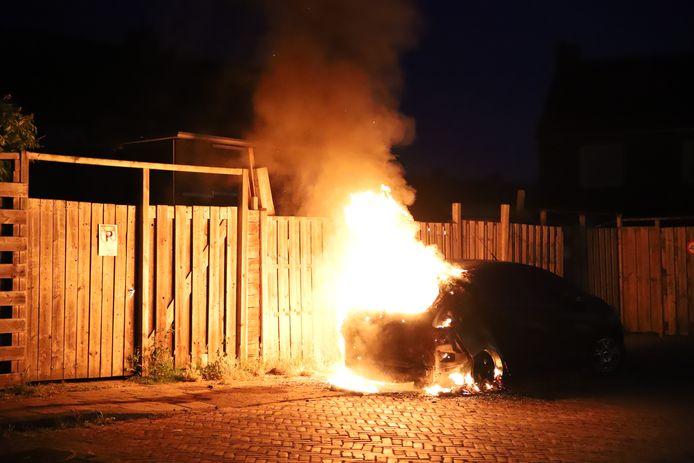 Auto vlammen Tiel