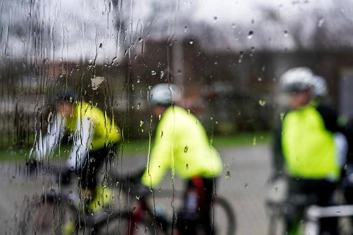 Het slechte weer kon de toertochtrijders van en naar Dodewaard niet deren