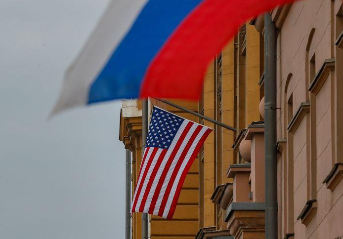 De Amerikaanse vlag wappert naast de Russische vlag op de Amerikaanse ambassade in Moskou.