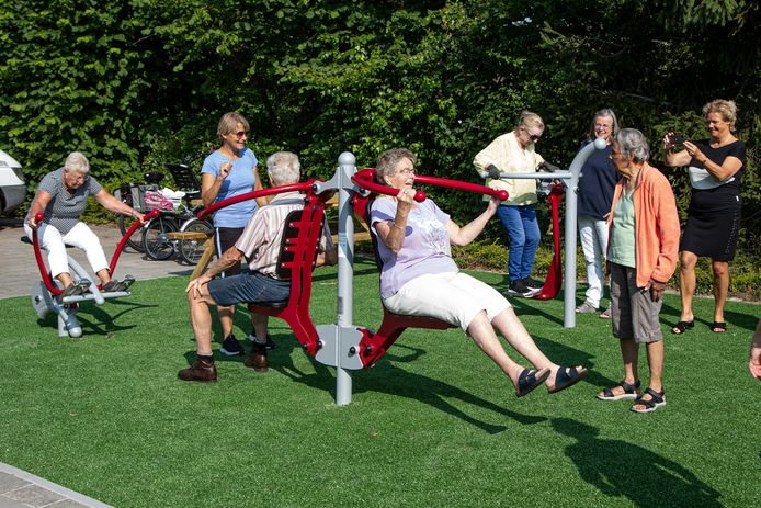 Ina Linthorst begeleidt deelnemers in de Beweegtuin in Nieuwleusen. Mensen kunnen daar sporten op diverse toestellen.