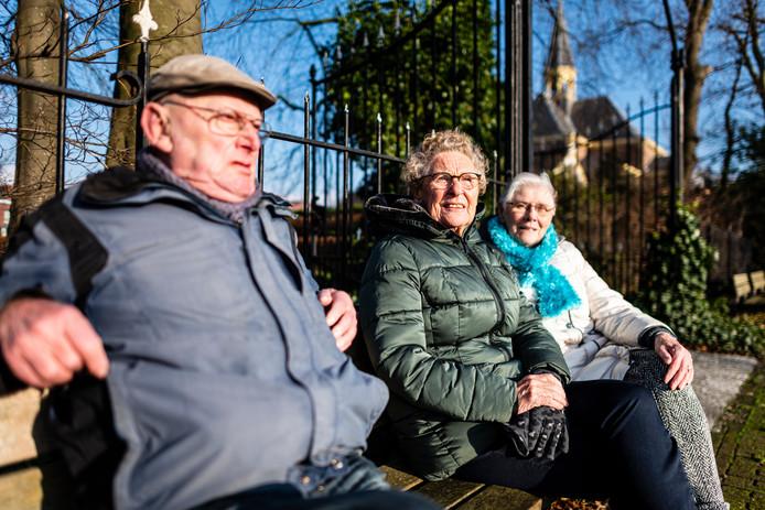 Van links naar rechts: Jaap Boer, Annie van den Boogaard en Joke van der Kleij genieten van de winterzon langs de Oudshoornseweg, vlakbij de kerk.