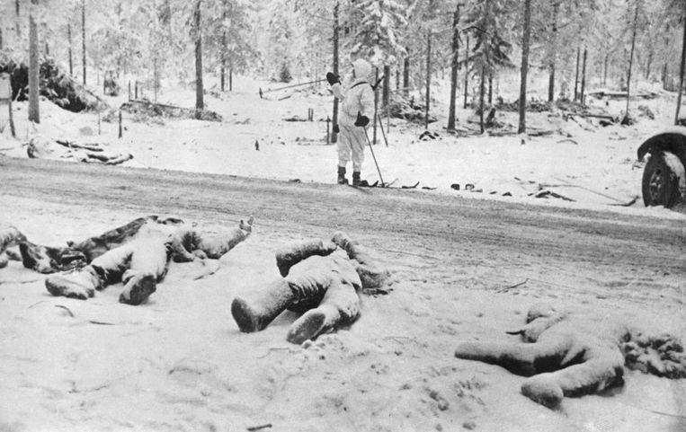 Dode Russische soldaten liggen lang de weg in Finland ten tijde van de Tweede Wereldoorlog. Beeld Corbis via Getty Images
