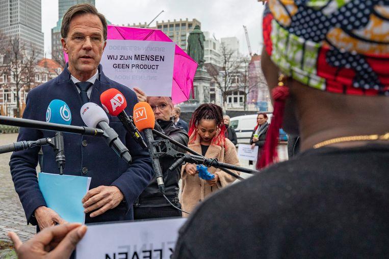 Gedupeerde ouders praten op het Plein met premier Mark Rutte, voorafgaand aan het verhoor van Rutte door de parlementaire ondervragingscommissie Kinderopvangtoeslagen.  Beeld BSR Agency