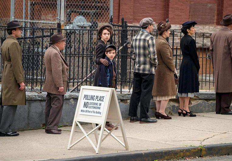 Zoe Kazan en Azhy Robertson als Elizabeth en Philip Levin in 'The Plot Against America'.  Beeld RV