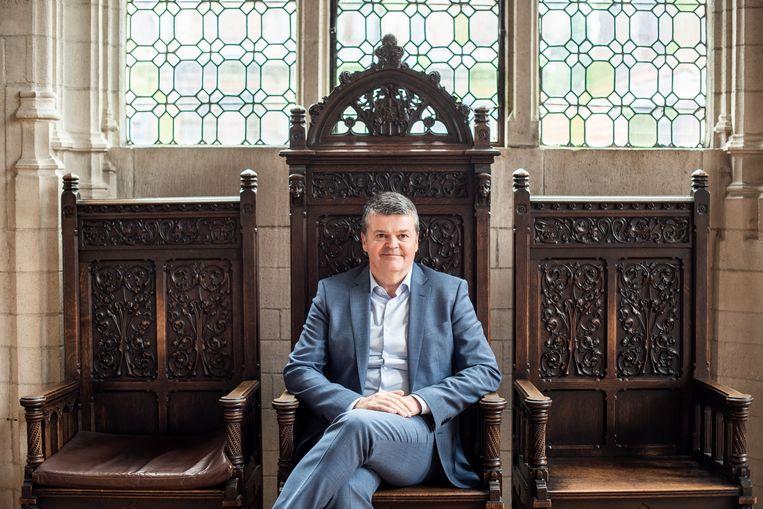 Bart Somers, burgemeester van Mechelen in de kolommenzaal van het stadhuis van Mechelen. Beeld Simon Lenskens