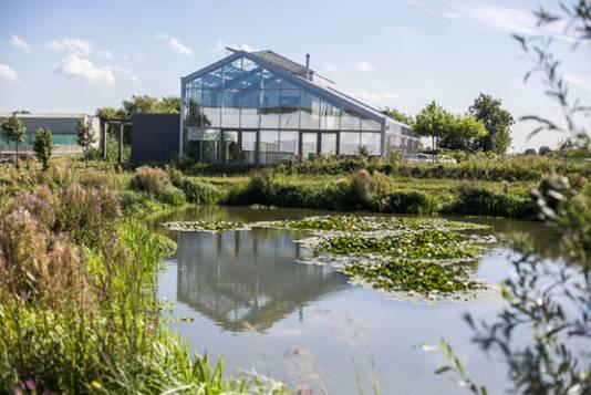 Voor de kaswoning van Ron van der Burg ligt een meertje dat bij de Poelzone hoort. Lachend: ,,Ik zeg altijd dat het van mij is.''
