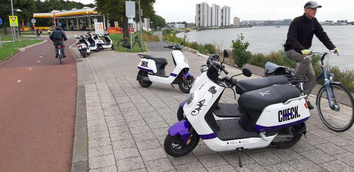 Een bekend beeld in Rotterdam. Als er één deelscooter hinderlijk op de stoep geparkeerd staat, volgen er meer. Totdat de stoep is geblokkeerd. Deze exemplaren op de Maasboulevard waren de volgende dag overigens verdwenen.
