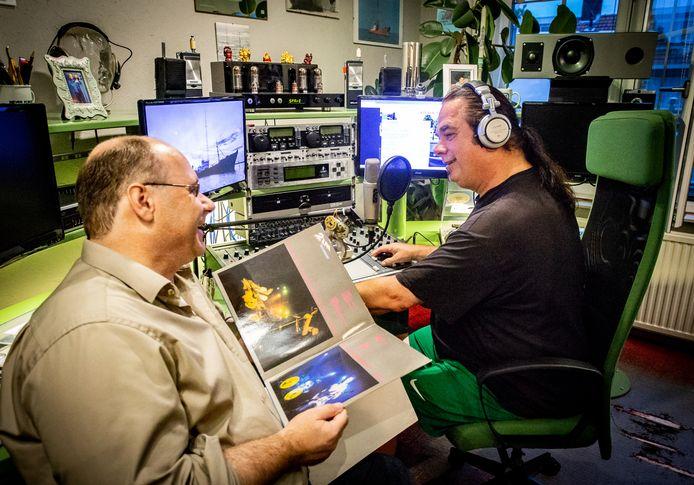 Willem Klomps (rechts) hoopt dat zijn huiskamer radiostation 'Kilrock' tot in Gelderland beluisterd zal worden.