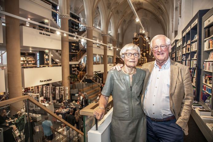 Wim en Tineke Waanders nemen afscheid van hun boekhandel en brasserie in de Broerenkerk in Zwolle. De nieuwe eigenaren blijven de naam Waanders in de Broeren wel voeren.