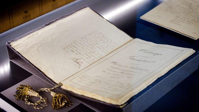 Eerste grondwet tijdens de opening van de tentoonstelling 24 uur met Willem in het Nationaal Archief. Op de expositie staat de werkkamer van koning Willem I centraal. Beeld anp