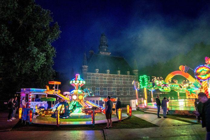 De kermis in Wijchen is dit jaar voor het eerst deels achter het kasteel. Het levert in ieder geval mooie plaatjes op.