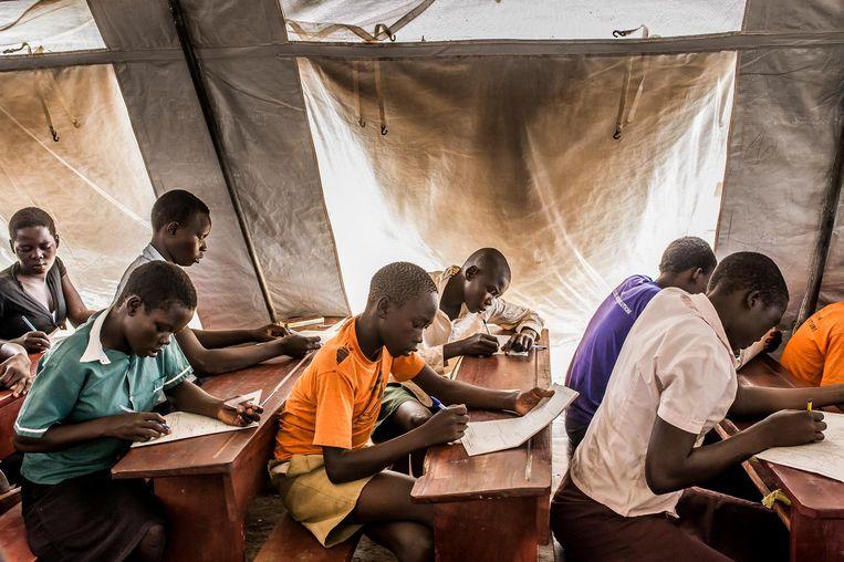Naast de vluchtelingenkinderen uit Zuid-Soedan profiteren ook kinderen van de Oegandese bevolking van het onderwijs in Bidi Bidi. Beeld Frederic Noy