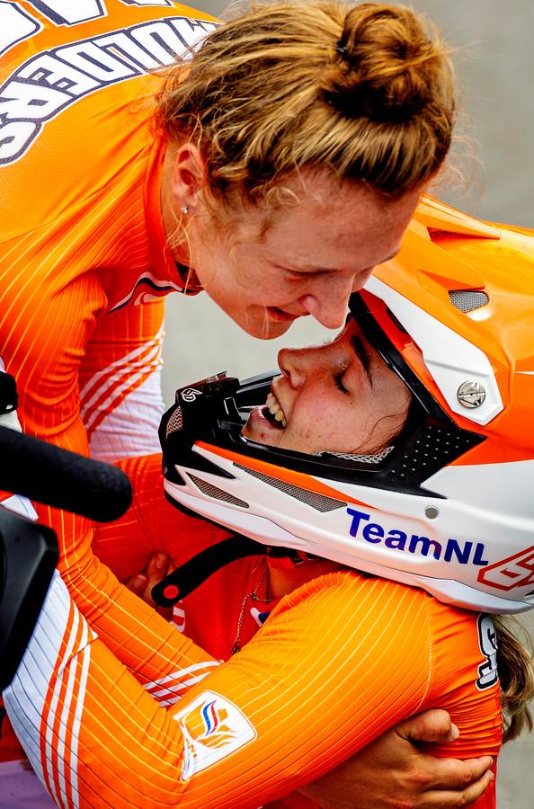 Laura Smulders omhelst in tranen haar zus Merel.